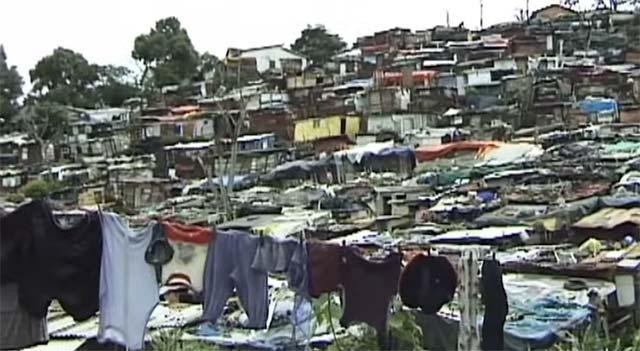 スカベンジャー(ゴミ拾い人)達は、スモーキーマウンテンの周辺で集合住宅を形成している。