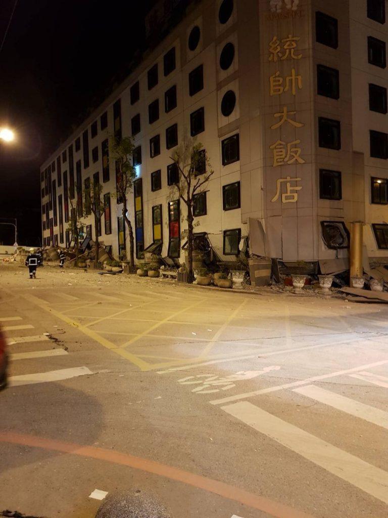 台湾北東部の花蓮県の沿岸を震源地とするマグニチュード6.4の地震が起こり、ホテルやビルなどが倒壊して2名の死者、200以上の負傷者が出た。