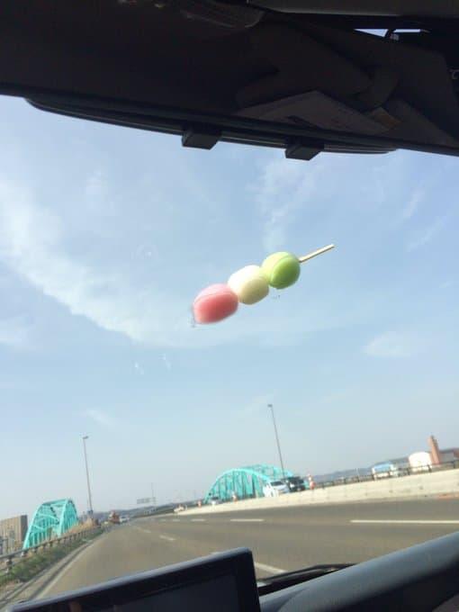 【ワンコが中から鍵閉めた】ドライブ中に起きた「予測不能の出来事」:ガラスに三色団子が落ちてきていました