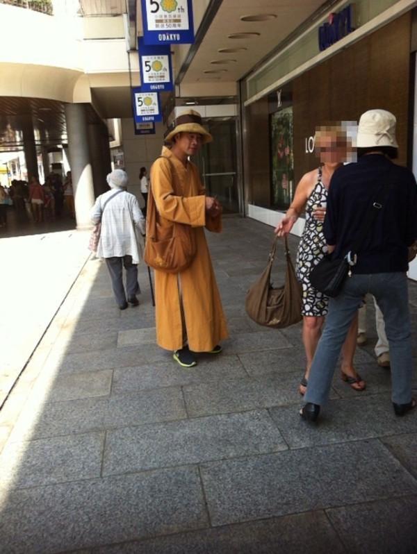 僧侶風の黄色い法衣を着た男に注意!【偽僧侶】