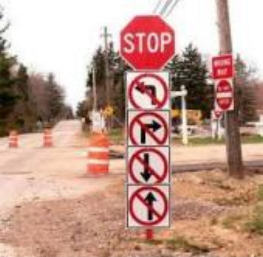 明らかに矛盾するおもしろ画像 33選:どの方向にも行けない標識