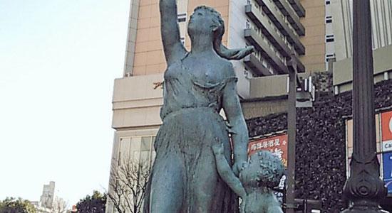 こどもからTwitterを取り上げる母親の像