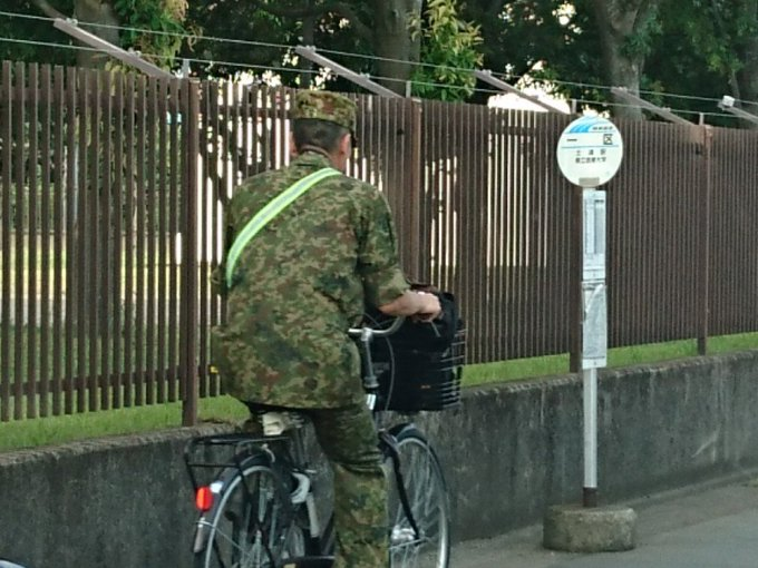 通勤中の自衛官が迷彩服にタスキ掛けする理由が話題に!