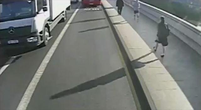 ジョギング中 女性 突き飛ばす 車道