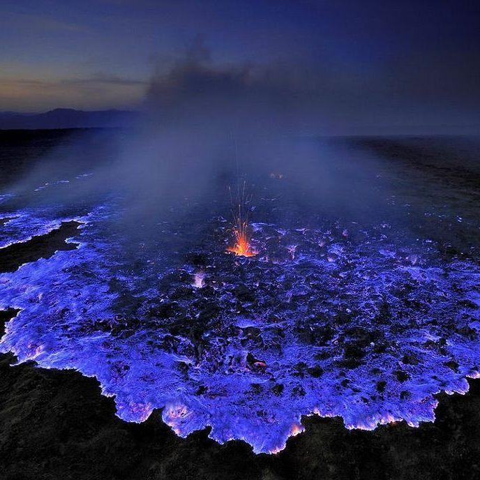 【インドネシア】カワ・イジェン火山の「青いマグマ」が幻想的だと話題に!