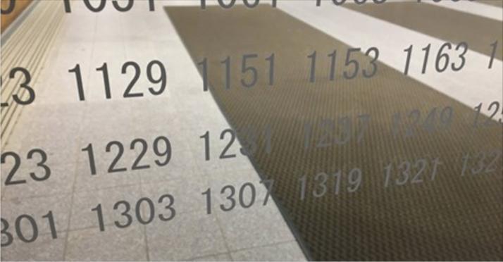 学校の玄関のガラスに素数が羅列されている理由