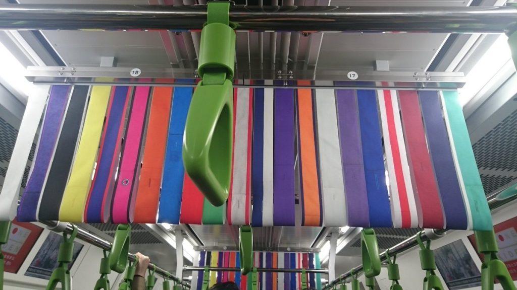 駅伝のカラフルな電車中吊り広告