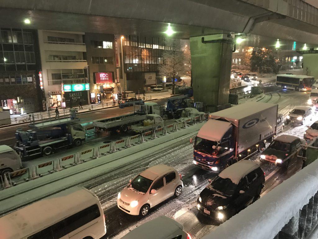 六本木通り大雪で大渋滞