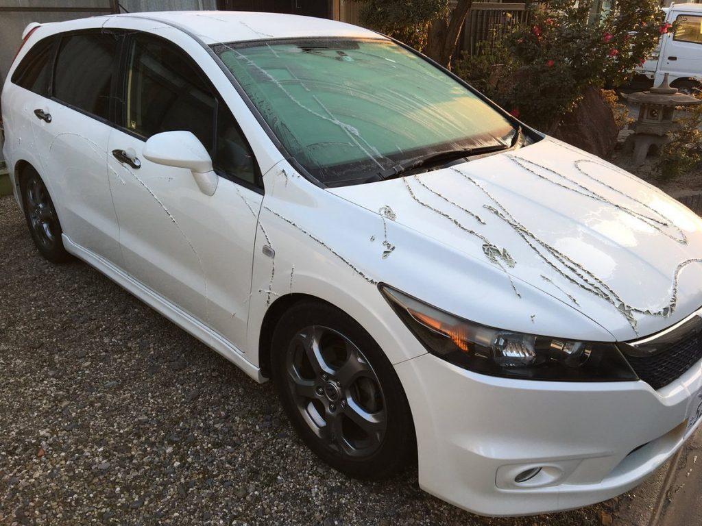 【注意喚起】車に液体のような溶剤がかけられ塗装が禿げ、タイヤも溶ける被害が発生!