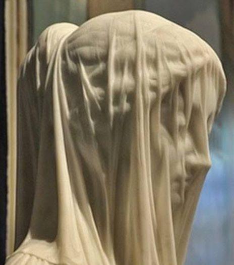 沼津のラブライブのコラボポスターが炎上した際にストラッツァの彫刻が引用されました。