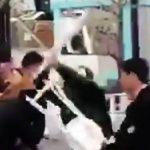 カリスマブランド「supreme(シュプリーム)」の渋谷店付近で転売屋の中国人がセキュリティを殴打する乱闘事件が発生!