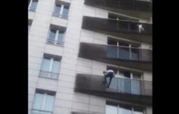 【動画】驚異的な身体能力で5階のベランダにぶら下がる子供を救助した不法移民にフランス国籍が与えられる!