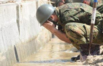 【西日本豪雨】被災者に綺麗な水を提供、自身は泥水で顔を洗う自衛隊員たち・・・