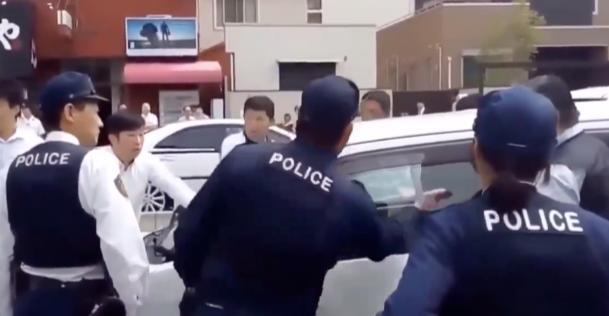 【日本・アメリカ・ロシア】警察官の窓の割り方の比較動画が話題に!ネットの反応「おそロシア」