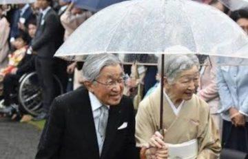 【最高の夫婦】平成最後の園遊会は雨。傘を持った天皇陛下の右肩がずぶ濡れ