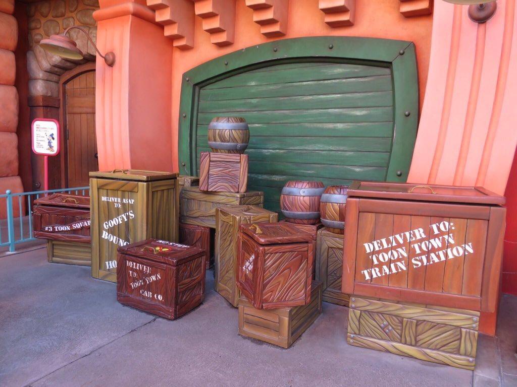 ディズニーランドのトゥーンタウンの木箱はマナーが悪い客が多かったため完全撤去された