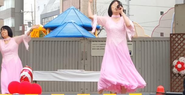 映画「ボヘミアンラプソディー」に感動した人がYouTubeを彷徨っているうちに阿佐ヶ谷姉妹「江里子」さんの歌に流れ着く。ネット民「違うそうじゃない」