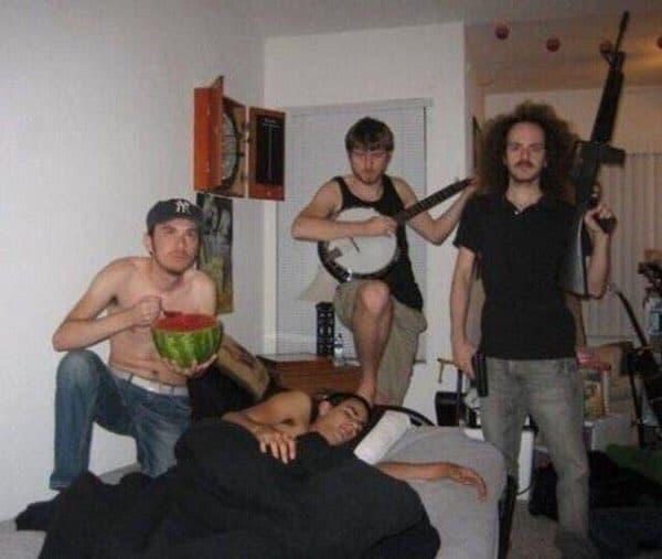 情報量の多い画像写真まとめ:寝てる男を囲むスイカを食べる男、ギターを持つ男、銃を持つ男