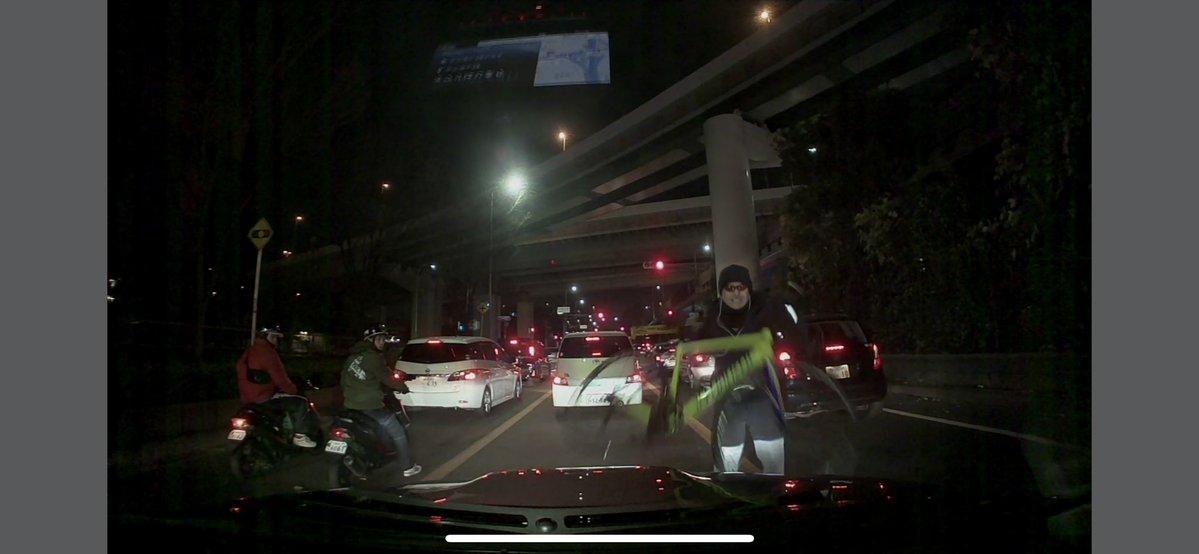 ロードバイクの男に注意したら車を壊され更に殴られる暴行を受けました