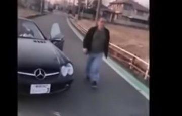 【動画】おじさんがバックでベンツ逆走の危険運転!窓をバンバン叩き「歩けないようにしてやるからな」と脅迫も!Twitterで炎上中!