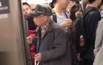 【まさに老害】電車のドアが閉まるのを何度も邪魔する迷惑高齢者が炎上!