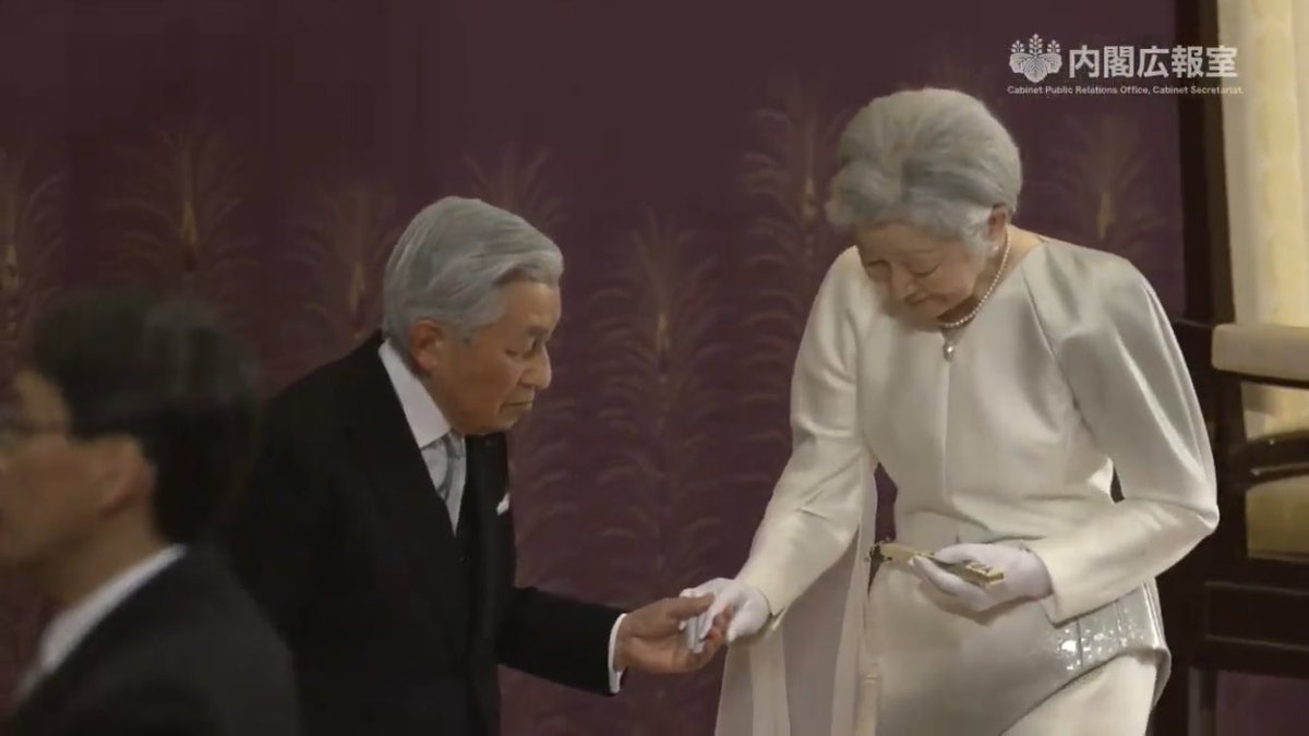 退位礼正殿の儀、御退席の時に陛下がお席を振り返られ美智子様をエスコートされるシーンが心に残る