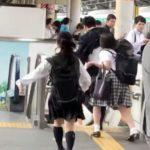 【動画】痴漢か?駅のホームで逃げる男を追いかける女子高生→男は足をかけられ転倒