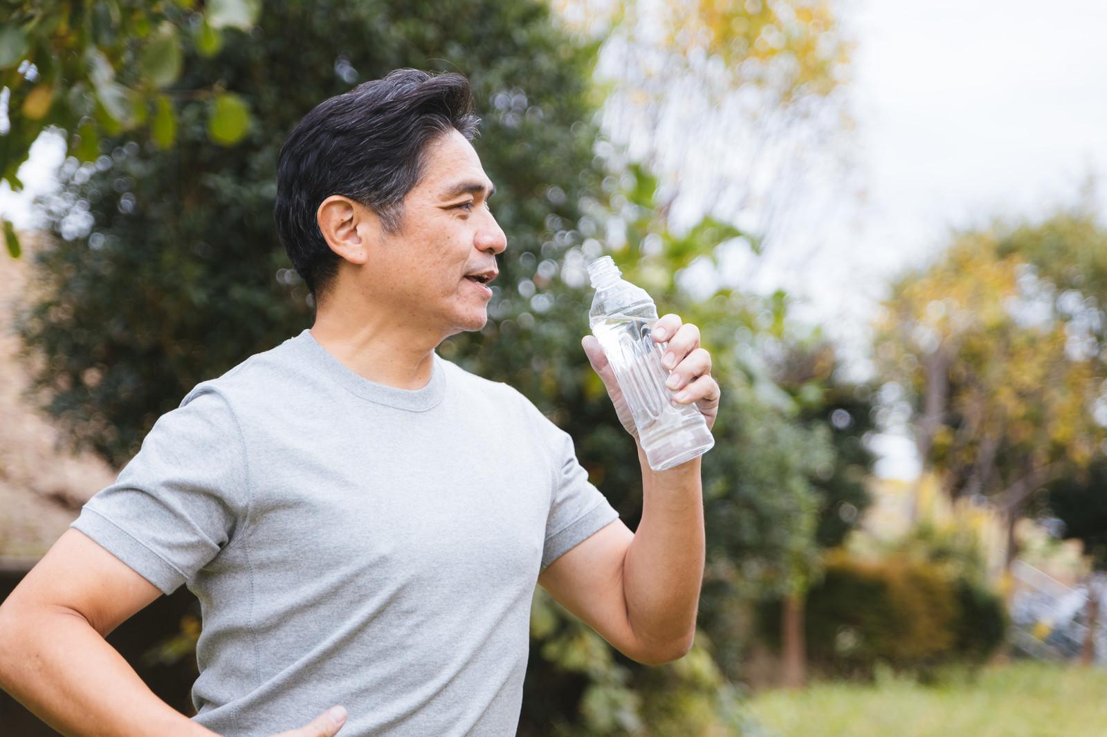 【注意喚起】熱中症予防にスポーツドリンクやジュースを飲むと、血糖が上がり尿が増え脱水症状になり最悪半身不随や死ぬ可能性も!
