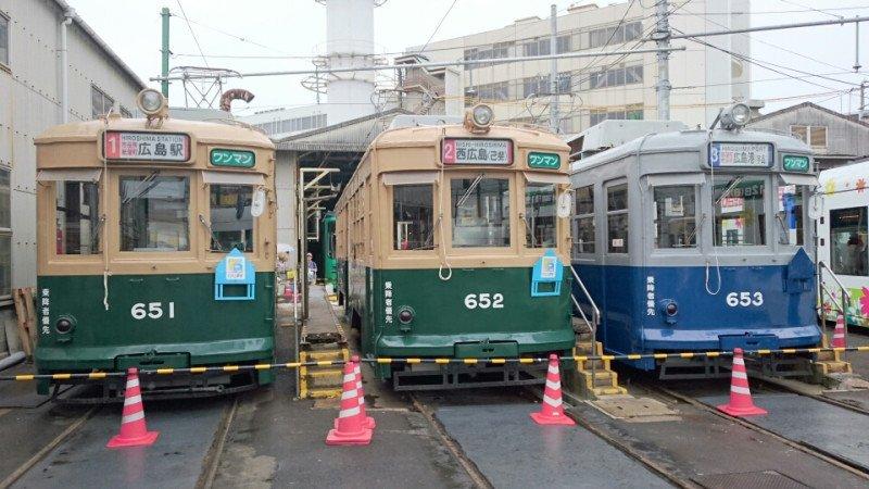 原爆投下から数日後の広島の写真。何がすごいって、市電が運行再開してるってこと