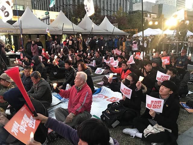 韓国で、反日不買運動の裏で30万人規模の文在寅退陣デモが起きていた(なお、反安倍デモは1万人)