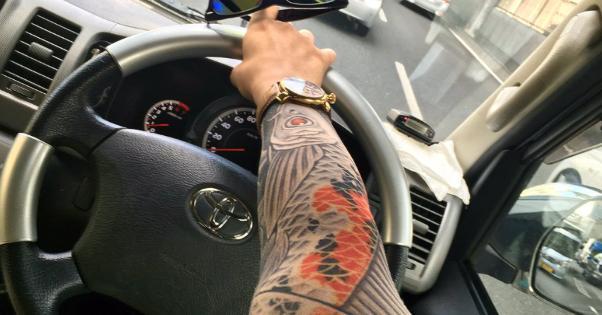 【刺青柄の日焼け防止アームカバー】みんなが考えた煽り運転対策が面白すぎる!