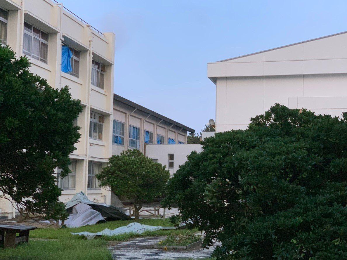 【拡散希望】台風15号の影響は千葉だけじゃなく伊豆大島にもおよび、断水停電圏外になって建物が倒壊し、高校生は学校に行けてない状況です