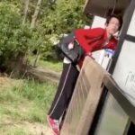 【動画】大阪府茨木市で下着泥棒の決定的瞬間の映像をカメラがとらえる。犯人は逃走中で再犯する可能性もあるので注意してください!