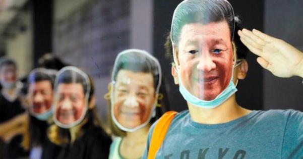 覆面禁止令が出た香港で市民達が習近平のお面をかぶりだす事態に!香港政府がやることはことごとく裏目に!