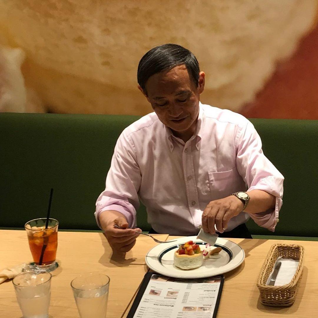 菅官房長官がニューオータニの3000円のパンケーキ食べてて庶民感覚がないって批判に対して反論殺到!