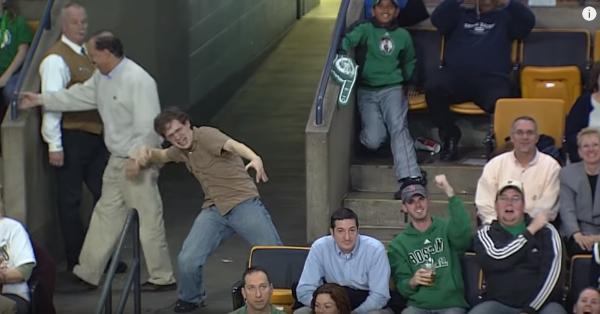 【動画】野球場でハイテンションでボン・ジョヴィのリヴィン・オン・ア・プレイヤーでストリップダンスを踊る男性が面白いwww