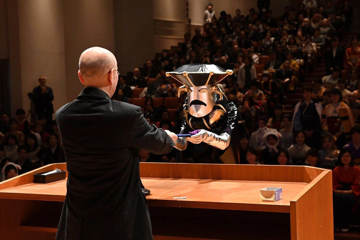 【絶対に笑ってはいけない学位授与式】京芸(京都市立芸術大学)の卒業式のコスプレがじわじわくると話題にwww