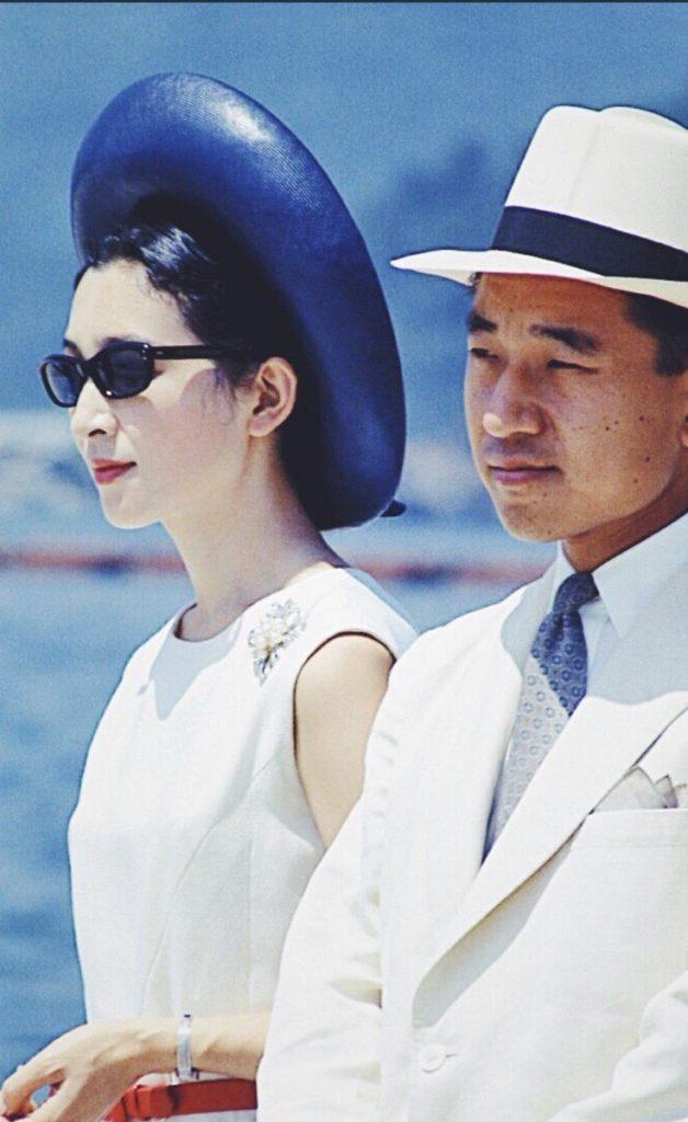 上皇后美智子様がグレース・ケリーを軽く凌ぐくらい「白とサングラス」モノにしてきた感を昔も今もだしてる