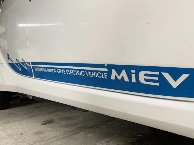 三菱の電気自動車アイ・ミーブのバッテリー交換 「現状はコストまで含めるとエコではない」