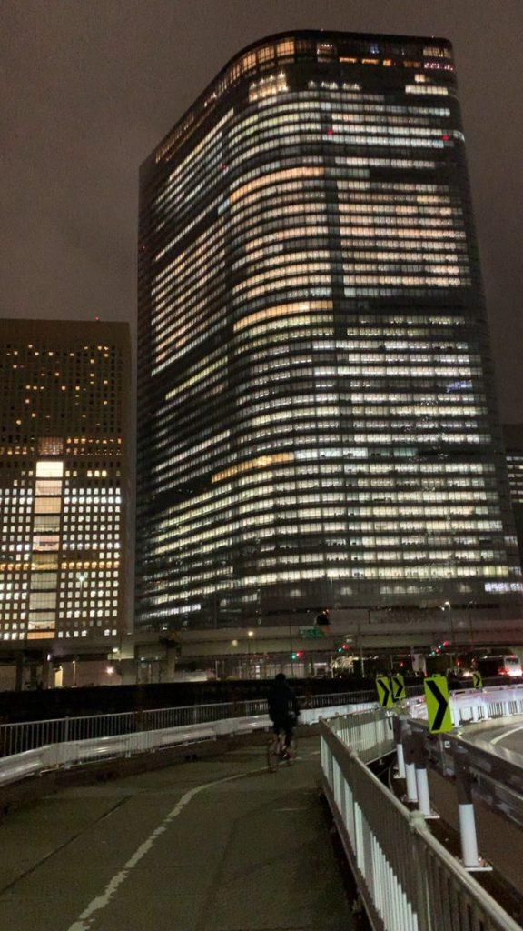 電通、テレワークを導入するも初日から本社ビル全点灯してることで従業員全員本社ビルに住んでることが証明されてしまうwww