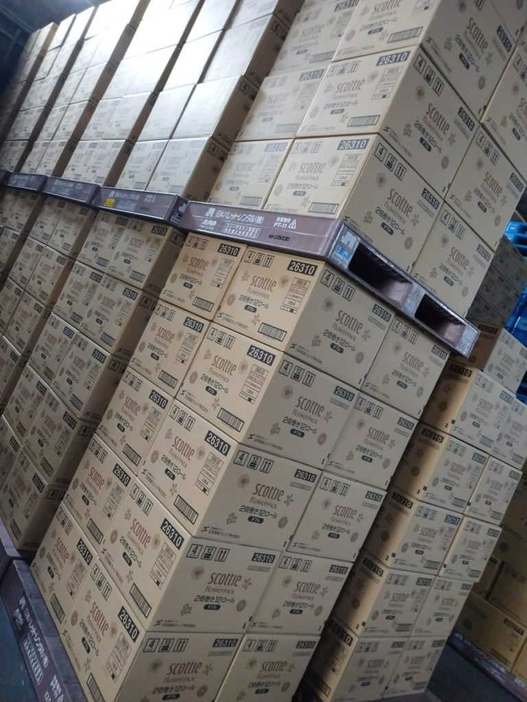 弊社倉庫、出荷準備が終わった段階でのトイレットペーパーやティッシュの在庫です。メーカーさん・ベンダーさんにもこの数百~数千倍の在庫があります。