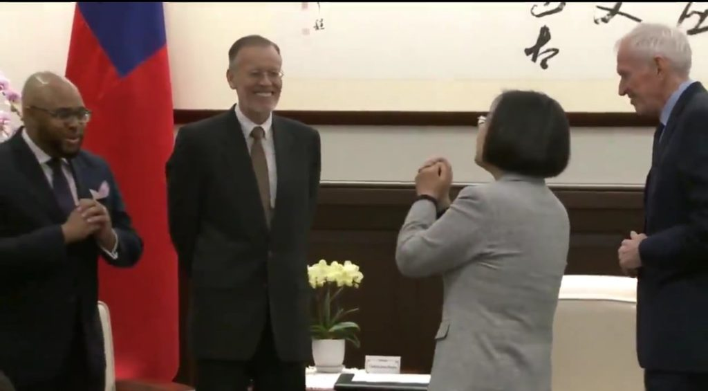 台湾ではコロナの影響で握手による接触を避けるため古式に則った礼である「拱手(きょうしゅ)」が奨励される!
