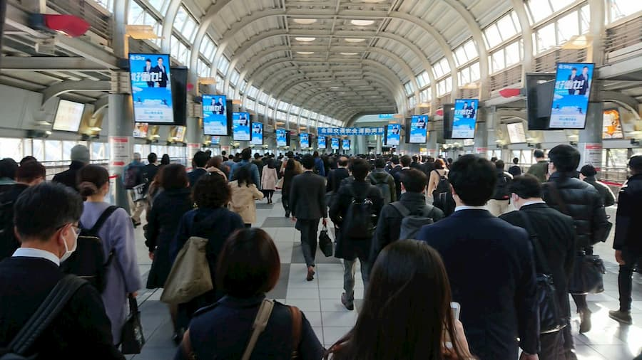 緊急事態宣言が発令された翌日の品川駅の社畜ロードの様子