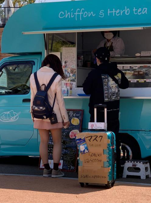 名古屋にてスーツケースにマスクを詰めて転売するマスク行商人が目撃される!