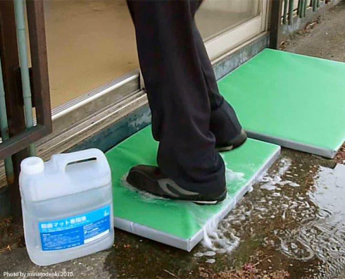 靴底にコロナウイルスが付着するのが感染拡大の大きな要因と判明!