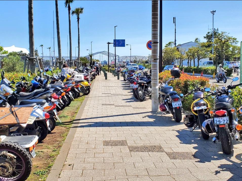 「そりゃ感染者減らないわな」週末の江の島もマスク無しの人や車で混雑していた・・・