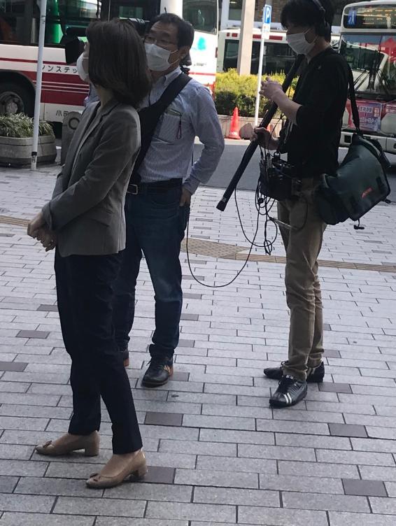吉祥寺サンロードでテレビ局などマスコミ各社が人混みになる一瞬を待ってる?ような不要不急の取材をしていた