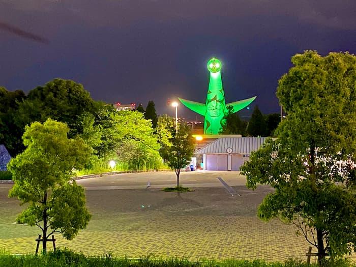【使途襲来!?】大阪の太陽の塔がコロナウイルスの警戒基準レベルをライトアップで表現!