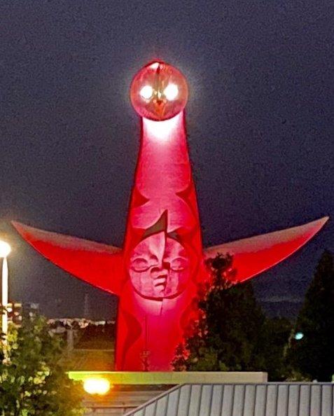 大阪の太陽の塔がコロナウイルスの警戒基準レベルをライトアップ!