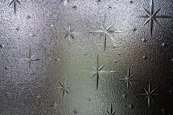 懐かしかったら昭和生まれ確定!「昭和生まれっぽい発言をしろ」20選:星模様のレトロガラス